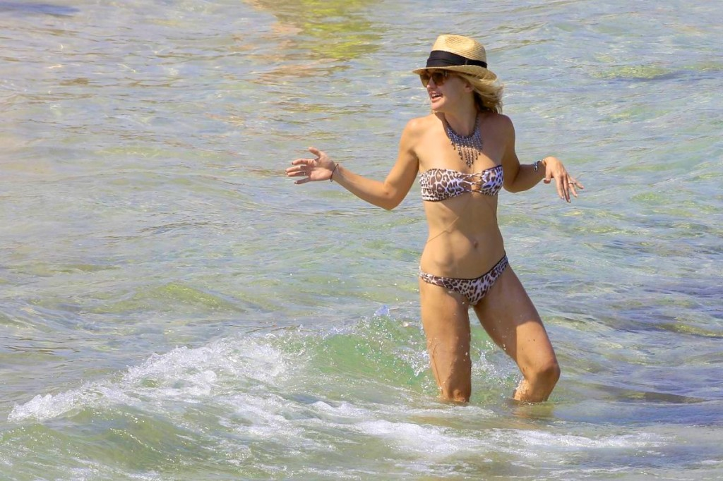 kate-hudson-in-bikini-at-a-beach-in-spain_3 (1)